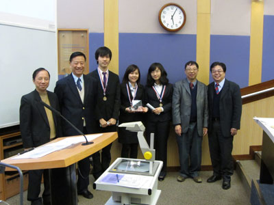 CUHK Team Presenters CHAN Hoi Wai Nicolas, POON Ivy, ZHANG Mengwen (3rd left to 5th left) received the prize from the panel of judges.
