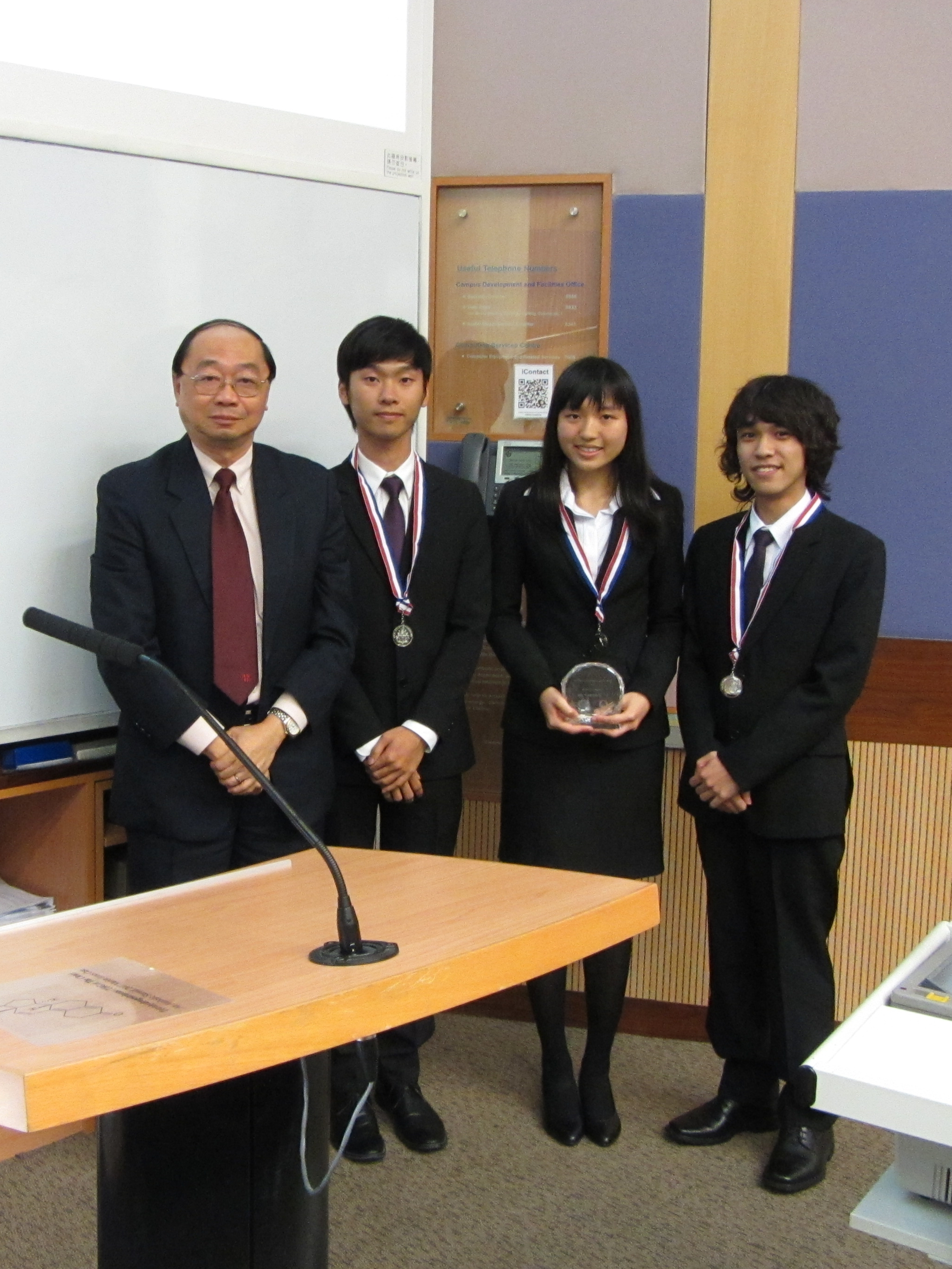 CUHK Team presenters received the prize from Prof. Wong (Guest of Honor).