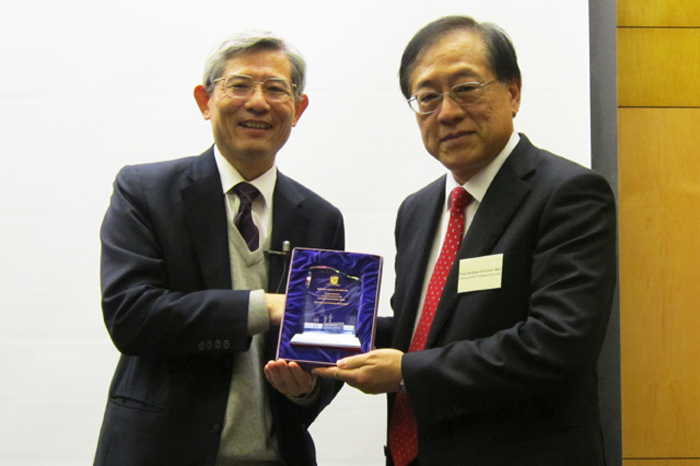 Prof. Wong Wing-shing (left), Dean of Graduate School, presenting a souvenir to Professor Yao