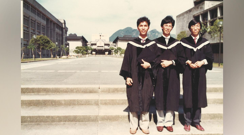 关百豪<em>(左)</em>与中大同学摄于百万大道。中为黄作仁,现为国际著名基金经理;右为陈克先,现为香港恒生大学市场学系主管及副教授<em>(受访者提供)</em>